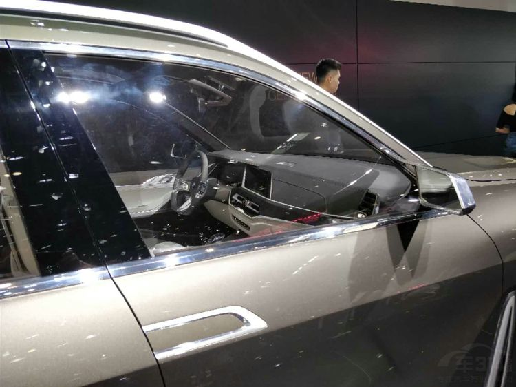 宝马X7中国首发 网友都说大猪鼻子毁容了